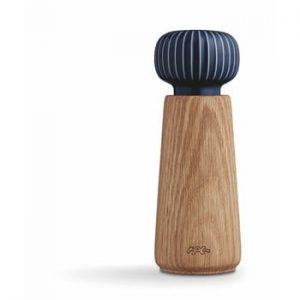 Rasnita din lemn de stejar si portelan cu detalii albastru inchis pentru condimente Kähler Design Hammershoi, inaltime 17,5 cm