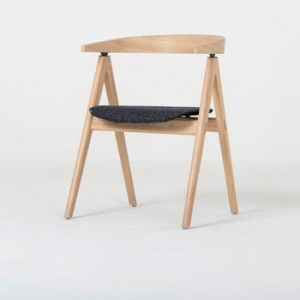 Scaun din lemn masiv de stejar şi perna gri inchis Gazzda Ava