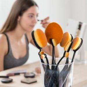 Set 11 perii cosmetice ovale in cutie de depozitare InnovaGoods