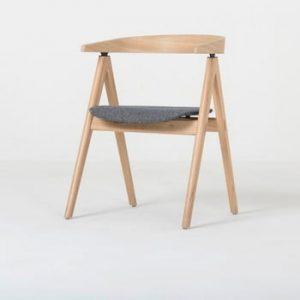 Scaun din lemn masiv de stejar şi perna gri Gazzda Ava