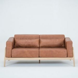 Canapea din piele bovina cu structura din lemn masiv de stejar Gazzda Fawn, maro cognac